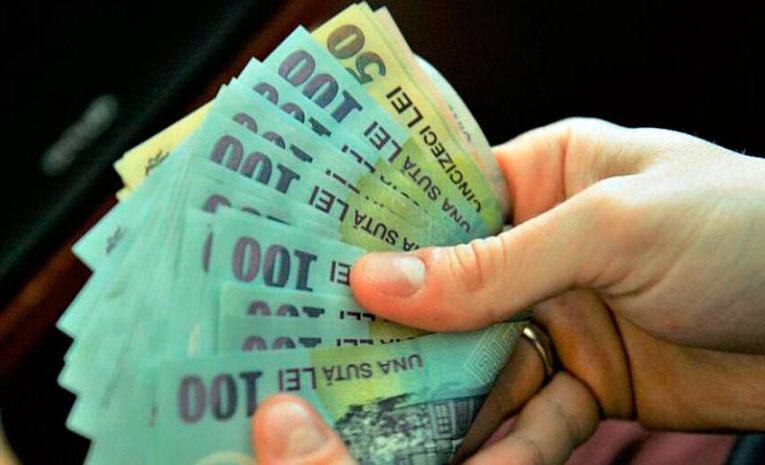 Jumătate dintre români nu cred că banii cash răspândesc coronavirusul