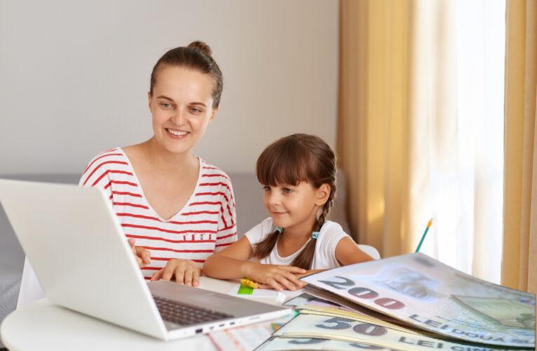Câţi bani primesc părinţii care stau acasă cu elevii în şcoala online. Suma a fost dezvăluită