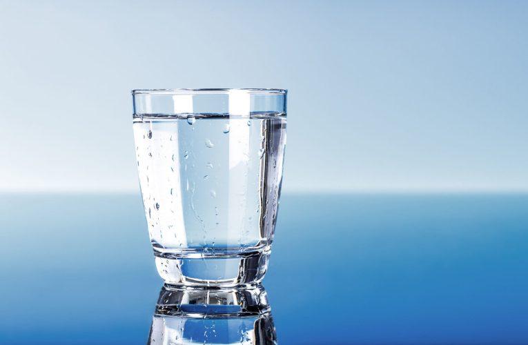 De ce trebuie să bei apă multă: cât ar fi ideal, care sunt beneficiile, dar riscurile